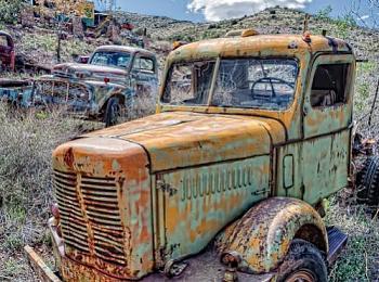 Old Trucks-gold-king-two-trucks-hdr-toncont-viveza.jpg