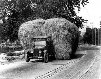 Old Trucks-modeltt-hauling_1921.jpg