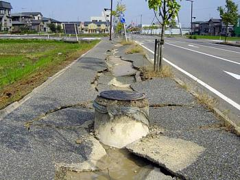 tsunami/quakes-chuetsu_earthquake-earthquake_liquefaction1.jpg