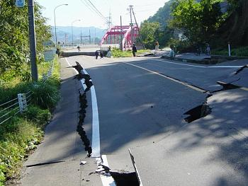tsunami/quakes-chuetsu_earthquake-yamabe_bridge.jpg
