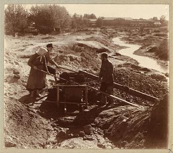 Quartzville gold-pg_-_miners_washing_gold-bearing_sand_near_beryozovsky.jpg