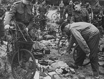 bikes-uk-ww2-bicycle-bsa-airborne-bicycle-royal-marine-commandos-kit-inspection-just-prior-d-day.jpg